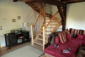 Wohnzimmer und Treppe zum Obergeschoss unseres Ferienhauses auf Rügen - Mölln 2