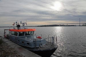 Polizeiboot im Hafen von Stralsund mit Rügenbrücke im Hintergrund