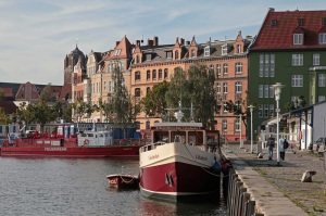 Bootsfahrschule und Feuerwehr im Hafen von Stralsund