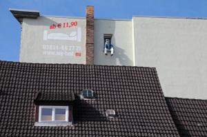 Stralsund - Seemannsfigur im Hotelfenster