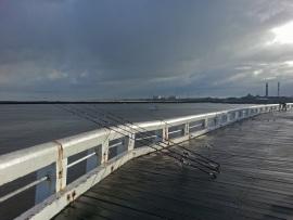 Auf dem Pier in Oostende bei Regenwetter