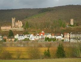 Neckarsteinach am Neckar mit Mittelburg (links) und Vorderburg (rechts)